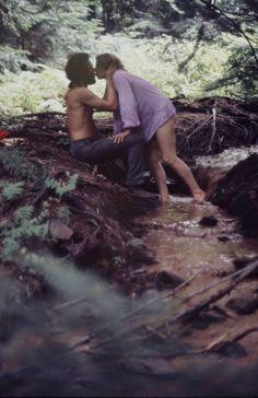 O casal anônimo no Festival de Woodstock, em 1969, fotografado por Bill Eppridge. Veja mais em: http://semioticas1.blogspot.com/2011/12/viagem-de-woodstock.html