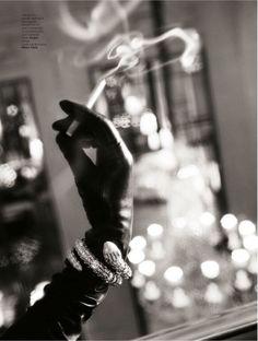 Catherine Deneuve avec des gants Maison Fabre dans l'Officiel de la Mode