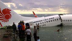 Sejumlah petugas gabungan melakukan evakuasi barang dan penumpang pesawat Lion Air yang tergelincir ke laut setelah berusaha mendarat di Bandara Ngurah Rai Denpasar, Bali, Sabtu (13/4). Pesawat Lion Air dengan nomor penerbangan JT-960 rute Bandung-Denpasar tergelincir di Bandara Ngurah Rai saat mendarat sehingga menyebabkan ratusan penumpang cedera