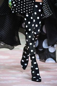 Richard Quinn at London Fashion Week Fall 2018 - Details Runway Photos Dots Fashion, Fashion Outfits, Womens Fashion, Fashion Tips, Fashion Weeks, Londoner Mode, Shirt Designs, Autumn Fashion 2018, Black White Fashion