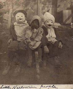 3 crianças com suas fantasias de Halloween em 1900. Padrão Slipknot.