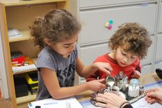 Montessori Verser de l'eau d'une théière dans une tasse