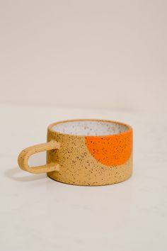 Home Decoration With Wood Persimmon Dot Mug: Love the drop of color.Home Decoration With Wood Persimmon Dot Mug: Love the drop of color Ceramic Clay, Ceramic Painting, Ceramic Pottery, Keramik Design, Retail Concepts, Pottery Designs, Decorative Accessories, A Table, Home Remodeling