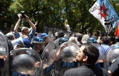VERGUENZA NACIONAL: POLICIA DE MACRI AGREDE A CANCILLER Y EMBAJADOR VENEZOLANOS. VIDEO    La policía de Macri agredió a la Canciller venezolana Delcy Rodriguez y maltrató al Canciller Choquehuanca RESUMEN LATINOAMERICANO 14 diciembre 2016.- Insólita agresión policial a la ministra de Relaciones Exteriores de Venezuela Delcy Rodríguez cuando un pelotón de uniformados interpuso violentamente sus escudos para tratar de cortar el paso de la delegación venezolana y el canciller boliviano David…