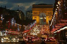 Las luces de Navidad cuelgan de los árboles para iluminar los Campos Elíseos en París. REUTERS