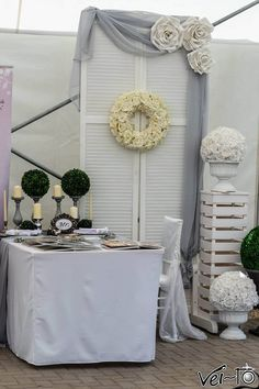 A vendégfogadás ma már kiemelt jelentőségű az esküvőn. A modern szürke - fehér dekoráció a koszorúnak és a kiegészítőknek köszönhetően, mégis romantikus hangulatú lesz.