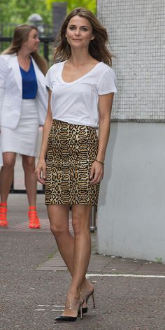 Keri Russell looks effortlessly chic in a simple white t-shirt and a leopard print pencil skirt. // #OutfitIdeas