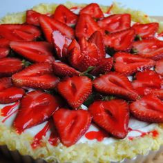 Strawberry coconut vanilla tart, so pretty! #Sweets #Homemade #Recipe