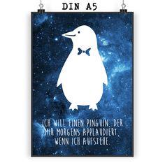 Poster DIN A5 Pinguin aus Papier 160 Gramm  weiß - Das Original von Mr. & Mrs. Panda.  Jedes wunderschöne Motiv auf unseren Postern aus dem Hause Mr. & Mrs. Panda wird mit viel Liebe von Mrs. Panda handgezeichnet und entworfen.  Unsere Poster werden mit sehr hochwertigen Tinten gedruckt und sind 40 Jahre UV-Lichtbeständig und auch für Kinderzimmer absolut unbedenklich. Dein Poster wird sicher verpackt per Post geliefert.    Über unser Motiv Pinguin  Pinguine, die süßen Tiere im schicken…