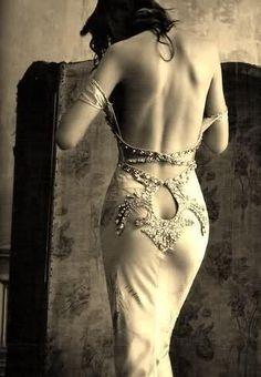 """""""Nunca, en su vida había imaginado que existiera algo como ese vestido. Tan sutil, tan delicado, tan espléndido, tan… indecoroso."""""""
