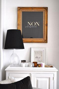 ideias para pôr em prática: moldura grande com quadro de cortiça pintado de preto + frase a branco (na parede da sala, por cima da mesa)    afewthingsfrommylife, via Flickr