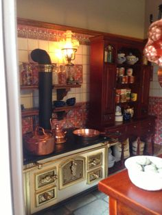 Miniature Dollhouse Kitchen RoomBox Old Style Fully Vitrine Miniature, Miniature Rooms, Miniature Kitchen, Miniature Crafts, Miniature Houses, Miniature Furniture, Dollhouse Furniture, Dollhouse Interiors, Haunted Dollhouse