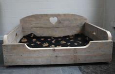 Gebruikt steigerhouten hondenbank / hondenmand met uitgezaagd hart