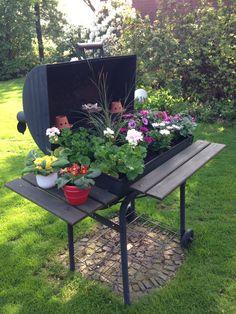 Old grill recycled into a flower box - Modern Design Garden Yard Ideas, Garden Projects, Backyard Creations, Luxury Garden Furniture, Recycled Garden, Garden Ornaments, Flower Boxes, Raised Garden Beds, Yard Art