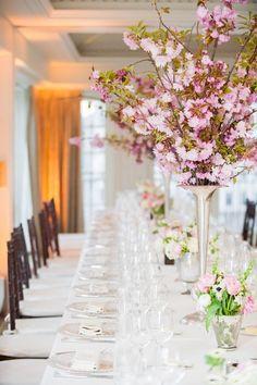 Combinación de centros altos y bajos para mesas de boda