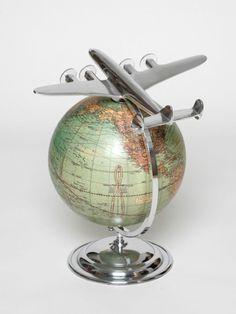 Gehen Sie mit diesem Globus auf Weltreise. Das passende Fortbewegungsmittel in Form eines Flugzeugmodells ist bereits vorhanden.  Dieser edle Globus, kombiniert mit dem aus Aluminium gefertigten Flugzeug, ist das perfekte Geschenk für Reisende und ein ideales Accessoire für jeden Schreibtisch.   Globus mit Flugzeug Im Art Déco Design.          Maße:32 x 23 x 26,5 cm (H x B x T)                Gönnen Sie sich dieses Accessoire der Superlative im original Art-Déco-Look.