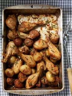 Pan of chicken drumsticks and potatoes with garlic and rosemary - chatelaine Tasty Dishes, Food Dishes, Main Dishes, Confort Food, Egg Free Recipes, Food Crush, Chicken Drumsticks, Quick Meals, Casserole Recipes