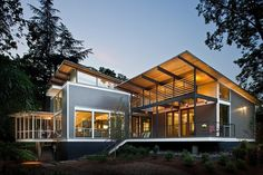 A sustainable home design is one that is designed with the surrounding environment and economy involved. Design Exterior, Roof Design, Exterior Colors, House Roof, Facade House, House Exteriors, Casas Na Georgia, Residential Architecture, Modern Architecture