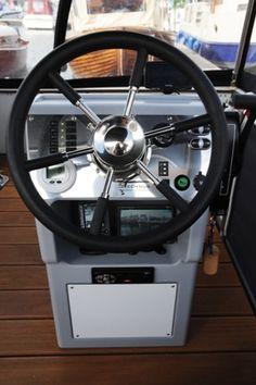 Der Steuerstand des Watercamper ist in der überdachten und 3-seitig verschließbaren Sonnenterrasse integriert.