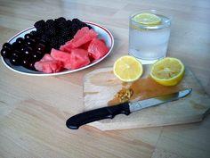 gyümölcstál és ásványvíz citrommal