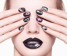 Marca britânica cria esmalte que imita o quadro negro da escola. Novidade na safra de nail art, as unhas ficam mais divertidas com os desenhos criados através de canetinhas de giz líquido colorido.