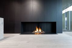 Bilderesultat for metalfire fireplace Open Fireplace, Stove Fireplace, Fireplace Wall, Living Room With Fireplace, Fireplace Design, Gas Fireplaces, Modern Interior Design, Interior Architecture, Minimalist Fireplace