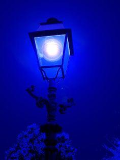 La farola es la luna en azul.