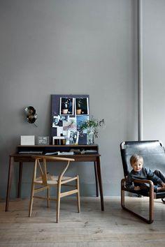 Ivo sitzt auf dem Sessel «Zeffirelli Chair», Ochre. OCHRE