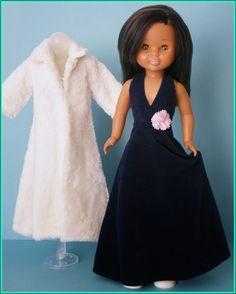 Abrigo piel blanco y vestido negro largo Nancy Doll, Girl Dress Patterns, American Girl, Doll Clothes, Cold Shoulder Dress, Girls Dresses, Glamour, Collection, Facebook