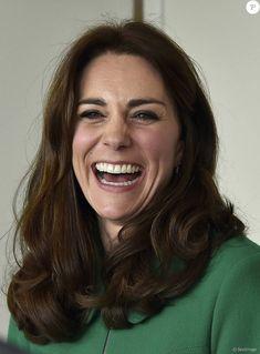 Kate Middleton et le prince William, duchesse et duc de Cambridge, ont rencontré Jonny Benjamin et Neil Laybourn, l'étranger qui l'a sauvé du suicide en 2008, le 10 mars 2016 à l'hôpital St Thomas à Londres pour évoquer avec eux la prévention du suicide et l'importance de la sensibilisation sur la santé mentale. Manteau : Erdem Robe oiseaux : Debenhams