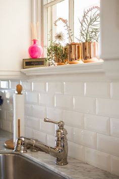 faucet in a vintage style, next to a sink and a marble counter top, white subway tile back splash, three brass planters with flowers Stacked Stone Backsplash, White Subway Tile Backsplash, Subway Tile Kitchen, Kitchen Backsplash, Backsplash Ideas, White Herringbone Tile, Beveled Subway Tile, Vintage Stil, Architecture