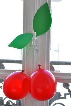 Una decoración muy fácil para las fiestas de primavera o verano, son tan bonitas las cerezas y buenas ☺. Con dos globos rojos,unas hojas hechas con goma eva o cartulina, y luego una cinta verde ¡listo¡