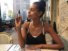 I spy with my little eye a perfect organic and essential oil blend for this low maintenance girl's skin. Thank you & congrats @walterobal for creating this hydrating face oil @obaloil 😍😽👌🏾👏🏾