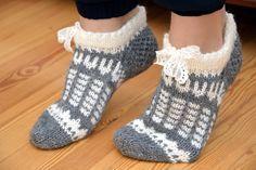 Jouluna katsoessa Palmu-elokuvia telkkarista syntyi samalla kokeiluna nämä tossut. Yhdistelin näihin vähän erilaisia kirjoneuleita peräkk... Knitted Slippers, Crochet Slippers, Knit Crochet, Knitting Socks, Hand Knitting, Woolen Socks, Cozy Socks, Stocking Tights, Knit Wrap