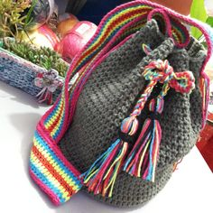 Bolsa Saco Crochê em barbante100% artesanal, cabe tudo que você precisa! <br>Ficou bem colorida, alegre,um acessório que chama atenção quando usamos, além de valorizar qualquer look.Perfeita para qualquer ocasião, praia, piscina, shopping... <br>27cm comp. x 30cm larg. <br>Peça disponível para pronta entrega. <br>Se preferir, encomende na sua cor favorita! Crochet Handles, Knitted Bags, Boho, Crochet Projects, Purses And Bags, Knit Crochet, Crochet Patterns, Tapestry, Knitting