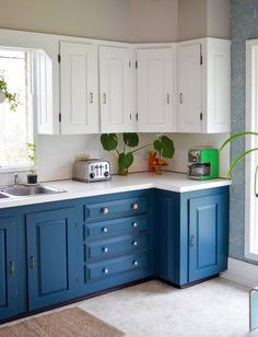 A Dreary Kitchen Gets A Bright Makeover for Spring – I love the transformation from all brown to two-tone kitchen in this spring refresh! Thanks @Lowes #PaintWithLowes #AD