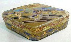 Émile Gallé, Boîte losangique en verre ambré  au décor émaillé de daturas  signé à l'or sous la base : E. Gallé déposé