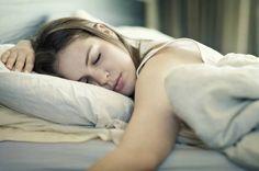 Mit Hilfe des Smartphones wollen Apps uns während der Leichtschlafphasen wecken.