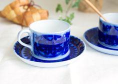 藍色が印象的なBlahusar、ヨーロッパの民藝的なパターンを感じさせます。 一つ一つの模様が手書きで施される為、 絵柄の違いやにじみの違いはそれぞれが一つしかない一点ものといえます。    グスタフスベリ/Gustavsberg ブローヒュサール/Bla Husar ティーカップ&ソーサー