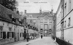 Utrecht op zondag 1909 | Lange Nieuwstraat, Links Beyerskameren, Rechts Willem Arntsz Stichting, Midden Fundatie van Renswoude