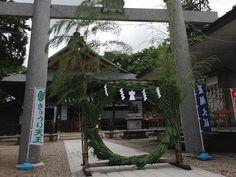 平成25年7月15日(海の日)、当八幡宮の末社 八坂神社で『きゅうり天王祭』を斎行いたしました。また、八坂神社にお祀りしている素戔嗚尊が茅の輪に縁があることから、『夏越の大祓・茅の輪神事』を合わせて境内にて行いました。
