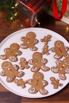 This Christmas, we have everything you'll need to master this classic gingerbread cookie recipe. Plus watch our video to see how you can easily decorate these gingerbread men. Cookie Desserts, Cookie Recipes, Dessert Recipes, Dinner Recipes, Holiday Baking, Christmas Baking, Ginger Bread Cookies Recipe, Gingerbread Cookies, Gingerbread Men