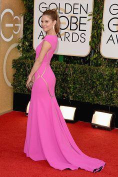 La actriz y presentadora americana Maria Menounos ha desafiado las leyes que dicen que el rojo -de la red carpet- y el rosa -de su Max Azaria Atelier- no combinan. Así ha pisado la alfombra roja de la 71 edición de los Globos de Oro.