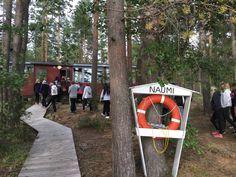 Koko ryhmä yhdessä tutustuu leirialueeseen, nyt vuorossa rantasauna.