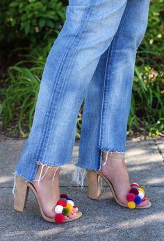 sandales ethniques en cuir beige et pompons multicolores et jeans bleus - idées originales