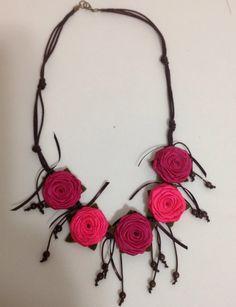 Maxi colar confeccionado com flores de fita de cetim e cordão encerado.