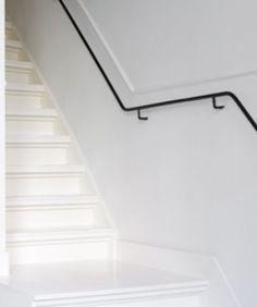 Zwart matte leuning laat het grijs mooi spreken - Witte trap grijs ...