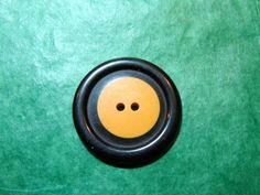 "(1) 1&3/8"" BLACK SURROUND YELLOW PLASTIC 2-HOLE COOKIE BUTTON - VINTAGE Lot#GB59"