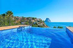 Relaxing at the infinity pool - with a great view over the coast of Calpe!