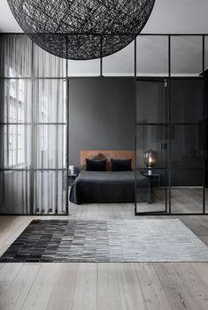 verriere-atelier-dans-une-chambre-tapis-noir-gris-deco-toute-noire